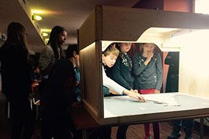 Kinder experimentieren beim Internationalen Trickfilm-Festival Stuttgart.
